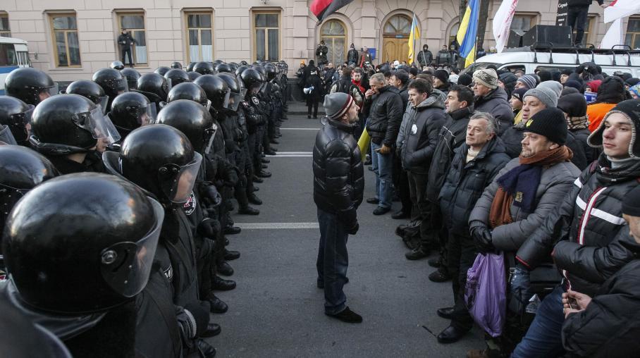 Des manifestants pro-européens face à la police, à Kiev (Ukraine), près du Parlement ukrainien, le 3 décembre 2013. (GLEB GARANICH : REUTERS) : Photo: francetvinfo