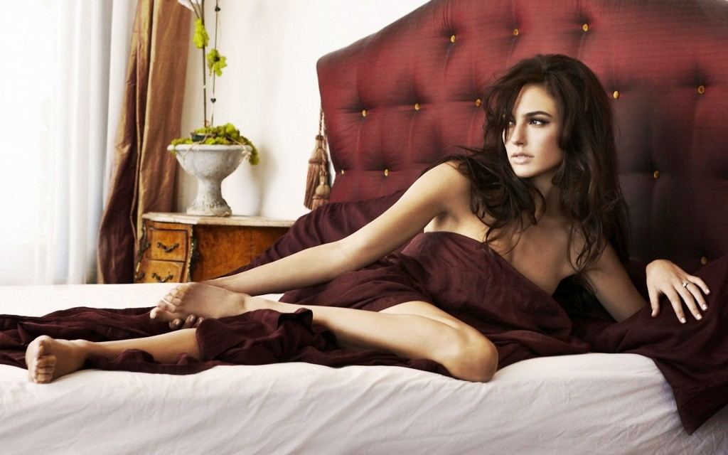 gal gadot in bed