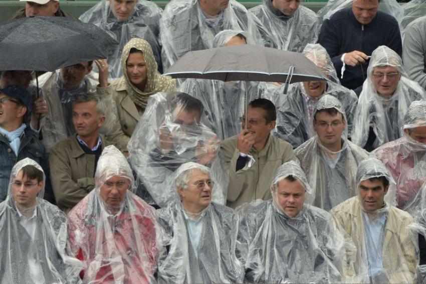 Un mauvais temps qui ne semble pour autant pas décourager le public parisien... Quitte à se ridiculiser dans des ponchos en plastique.