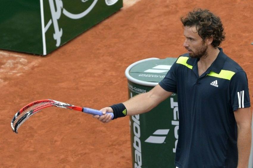 Gulbis semblait un peu nerveux durant son match face à Federer... Sa raquette en a fait les frais.