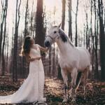 femme-cheval-nature-robe-soleil