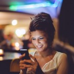 femme-sourire-rire-telephone-portrait