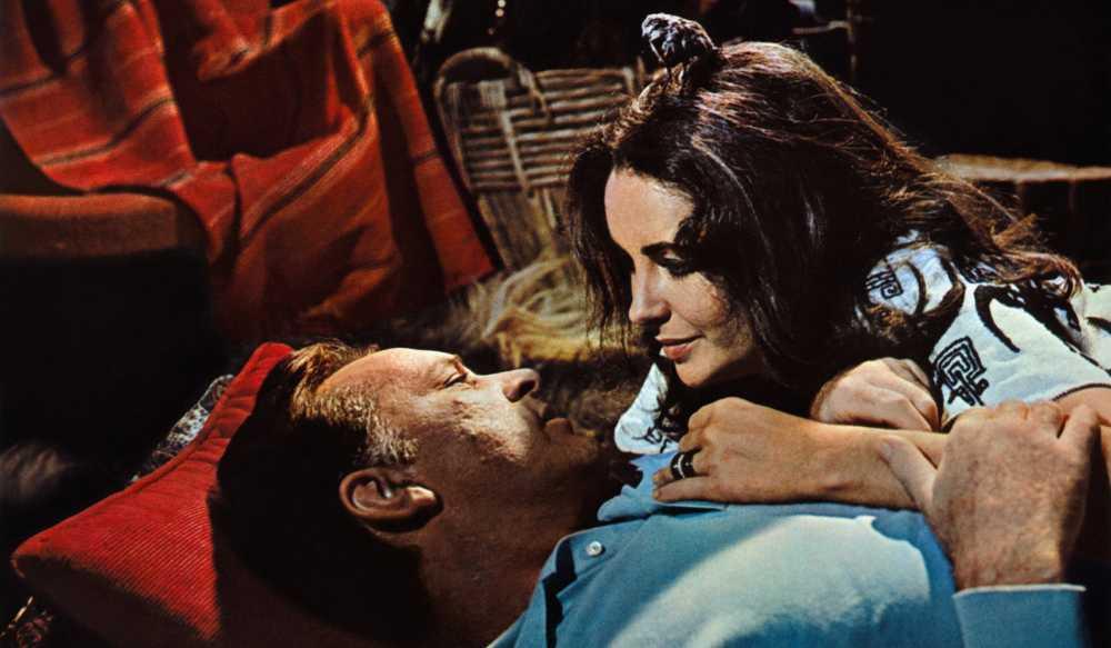 """Elizabetth Taylor et Richard Burton dans """"Le Chevalier des sables"""". © Abaca Press"""